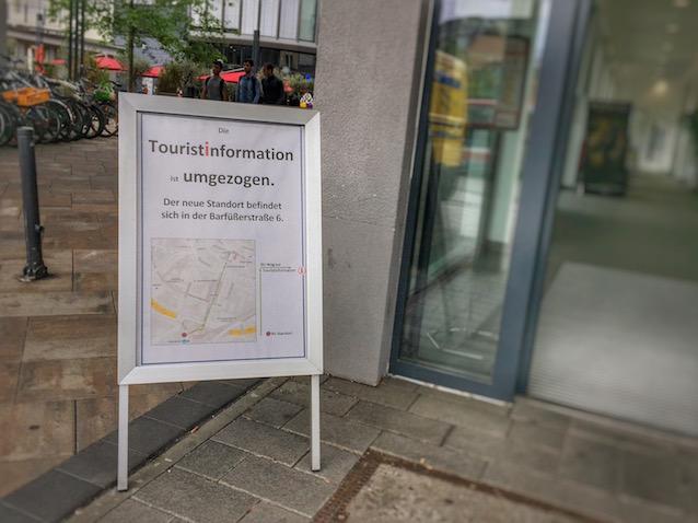 Hinweisschild: Umzug Touristinformation