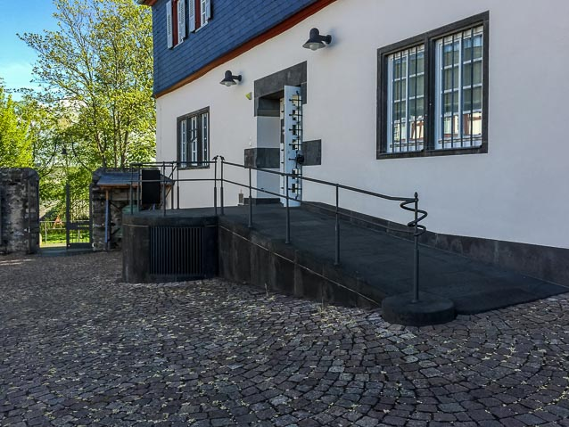 Photo: Museumseingang über die Rampe