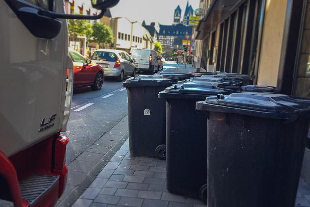 Foto: Mülleimer auf dem Gehweg