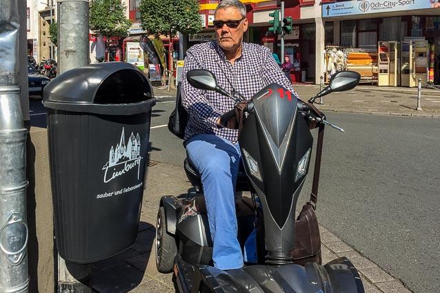 Mülleimer verkleinert Gehweg