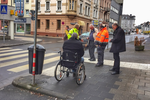 Fußgängerüberweg mit Rollstuhl Fahrspur und Blindenleitsystem