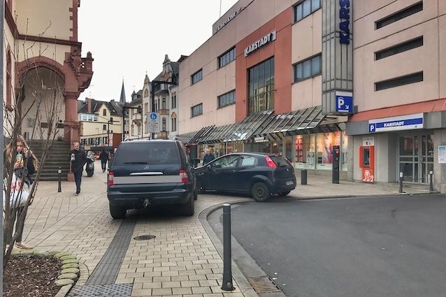 Parkende Fahrzeuge auf dem Gehweg