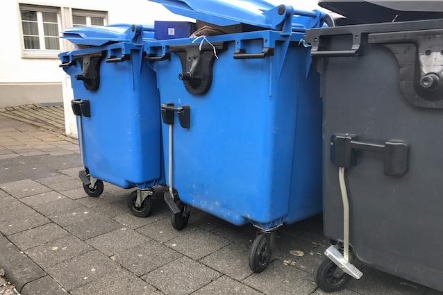 Mülleimer auf dem Gehweg