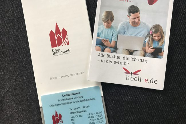 Mitgliedsausweis und Flyer der Dom Bibliothek.