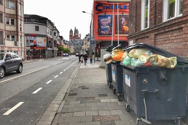 Müllbehälter auf dem Gehweg der Doktor-Wolff-Straße in Limburg.