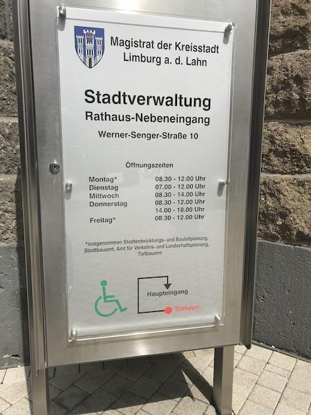 Hinweisschild auf barrierefreien Zugang zum Rathaus