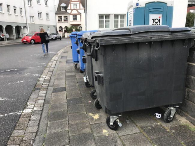 Vier Müllcontainer stehen Quer auf dem Gehweg der Werner-Senger-Strasse