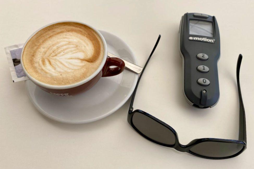 Cappuccino, Fernbedienung sowie Sonnenbrille