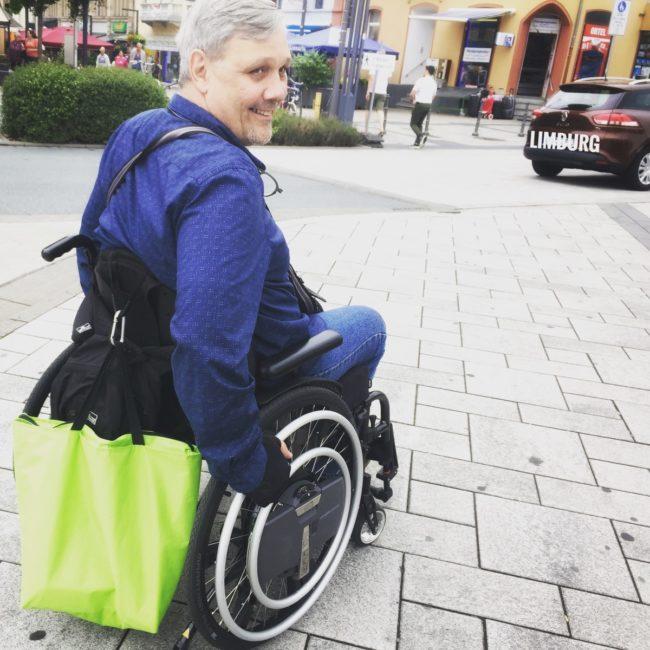 Rollstuhlfahrer mit Zusatzantrieb