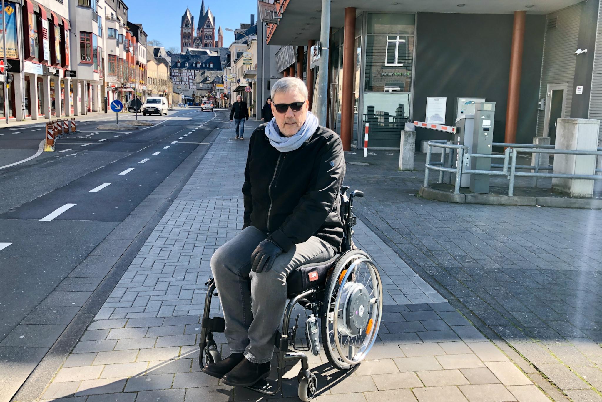 Frank der Rollstuhlfahrer mitten in Limburg