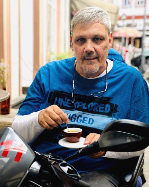 Bildinhalt: Frank der Rollstuhlfahrer genießt einen Espresso.
