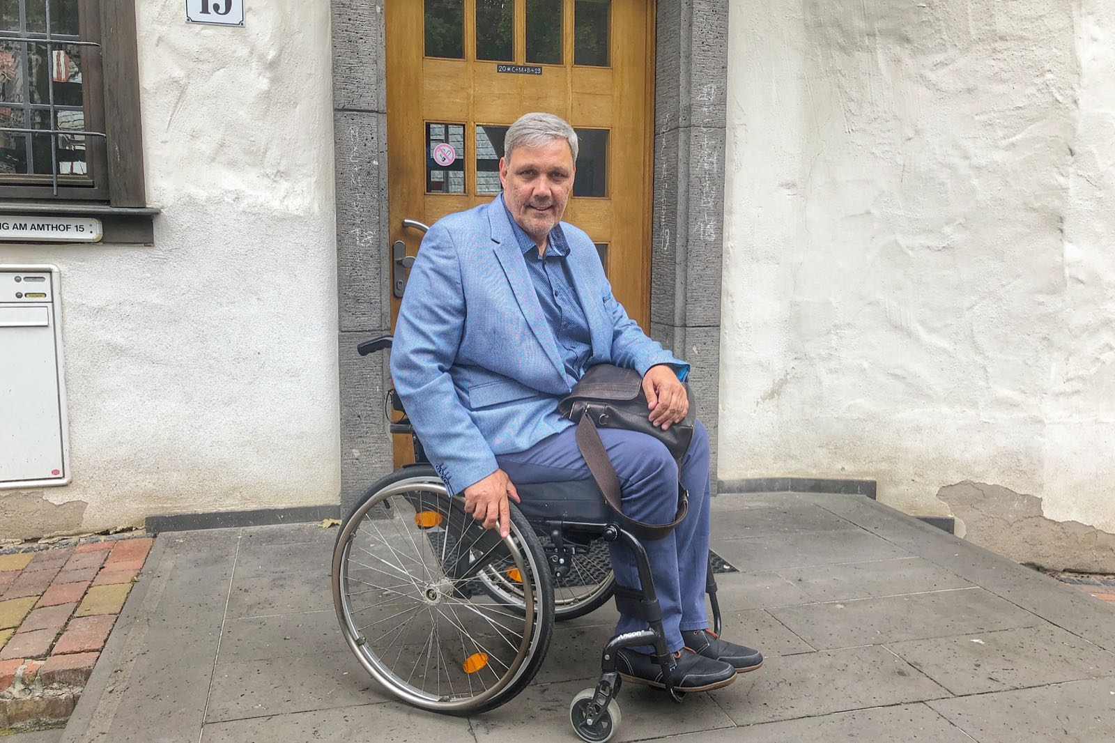 Frank vorm Bad Camberger Rathaus