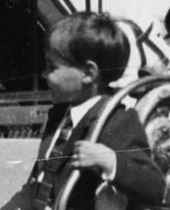 Frank als Kind auf einem Karussell