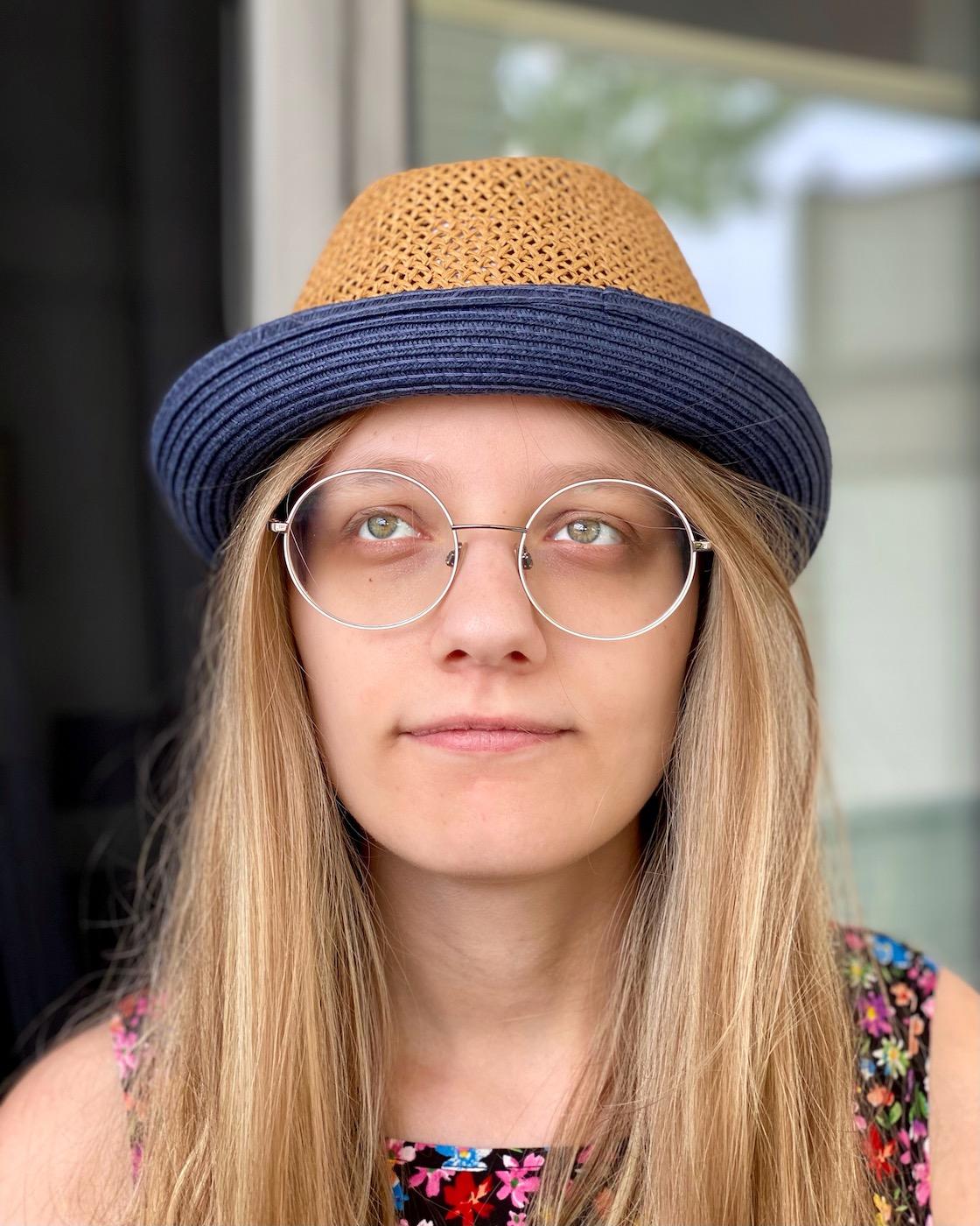 Tochter mit Papas Hut