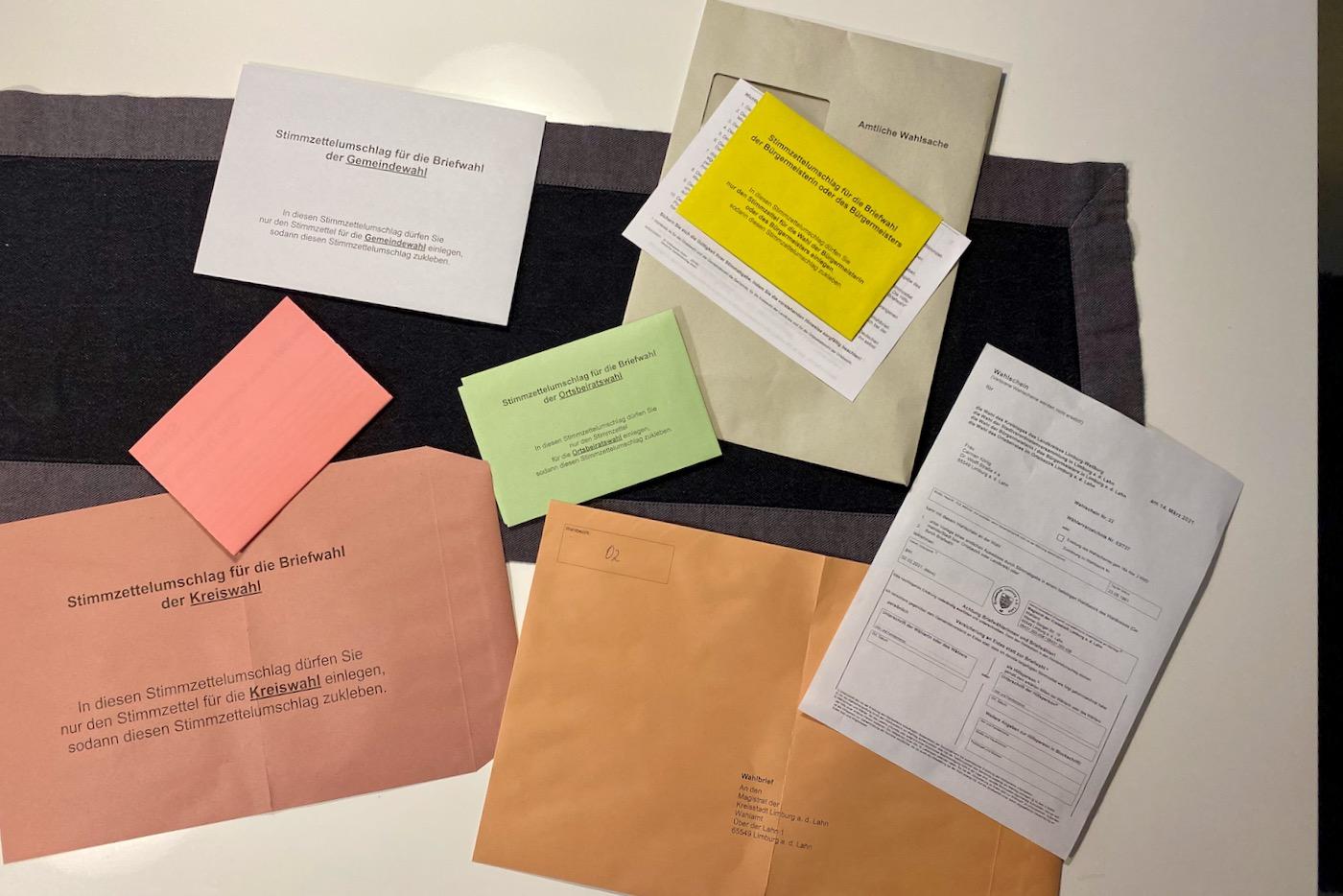 Briefwahl als Familie am heimischen Esszimmer Tisch